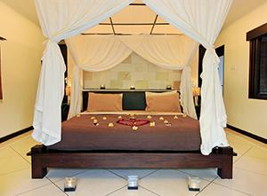 フラワーデコレーションが施されたベッド イメージ